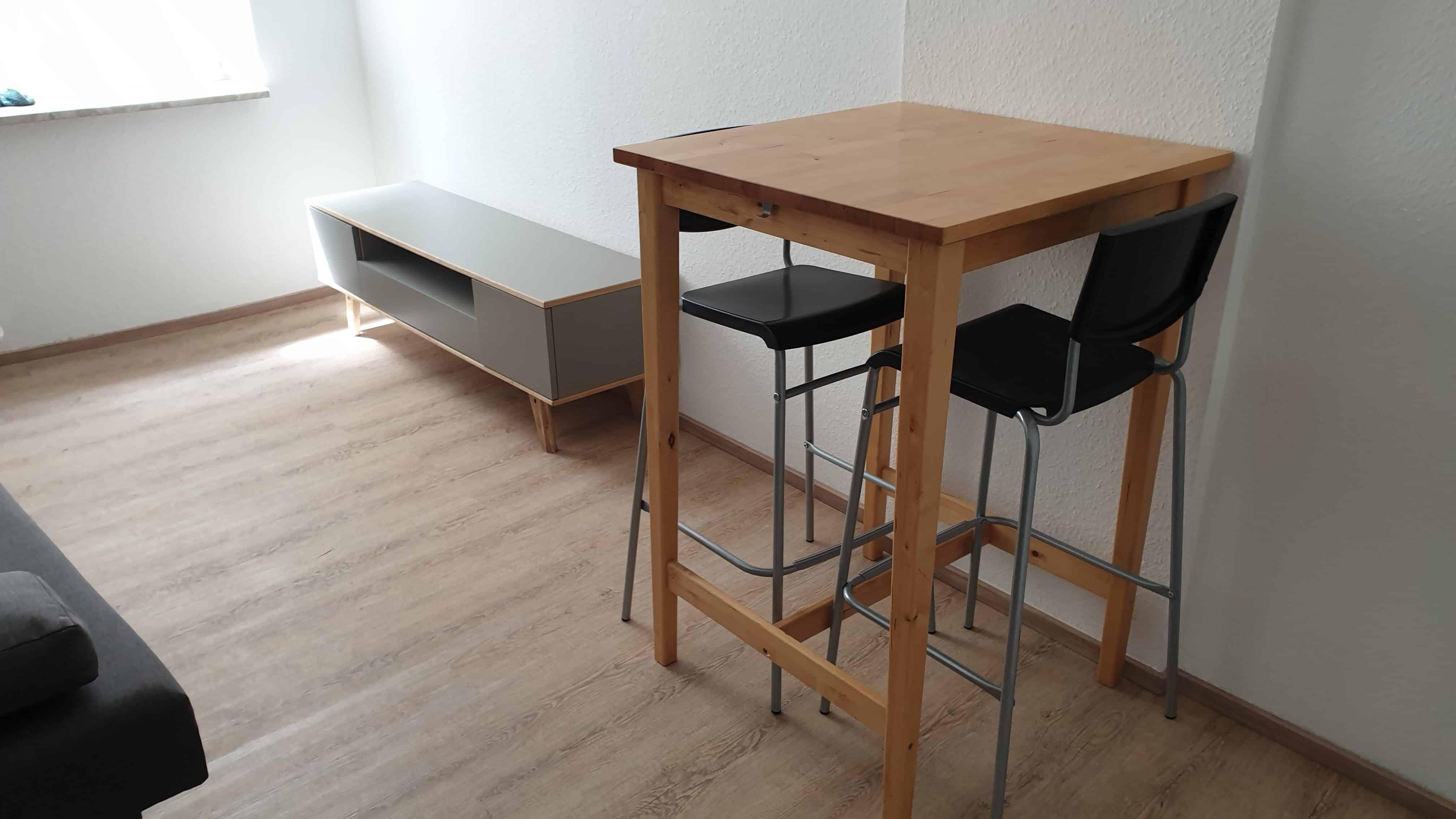 TV-Lowboard und Tisch